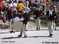 Musiker mit traditionellen Kostümen und Instrumenten, Quelle: Helen Seeney