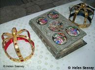 Wertvolle Hochzeitskronen und eine Bibel liegen auf dem Altar, Quelle: Helen Seeney