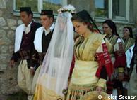 Brautpaar und Trauzeugen in traditionellen Trachten, Quelle: Helen Seeney