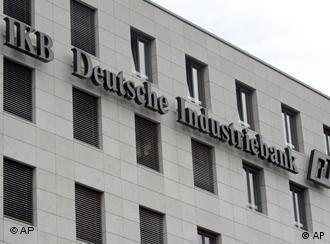 Nemačka IKB dojče industribank specijalizovana je za podsticanje srednje privrede. Preko špekulativnih fondova pokušala je da zaradi na kreditima za nekretnine u SAD. Država, kao većinski vlasnik, pre nedelju dana ju je spasla od nelikvidnosti.