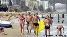Varna (Bulgarien): Am 07.07.2002 genießen Urlauber Sonne und Wasser am Goldstrand bei Varna. Im Hintergrund einige der Hotels, die den Strand säumen. Varna mit etwa 335.000 Einwohnern ist die größte Stadt an der bulgarischen Schwarzmeerküste. Der Goldstrand liegt etwa 18 Kilometer nördlich von Varna und hat einen etwa 3,5 Kilometer langen Strand mit feinem goldgelbem Sand. Fast eine Million Urlauber, etwa zwei Drittel davon aus Deutschland, besuchen jährlich in den Monaten Mai bis Oktober die Strände zwischen Baltschik, Albena und Varna im Norden und Burgas im Süden der bulgarischen Schwarzmeerküste. (BRL501-220803) ACHTUNG: GESPERRT FÜR BILDFUNK!!!