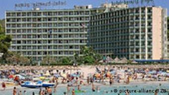 Spanien Mallorca Tourismus Hotel und Strand von Paguera