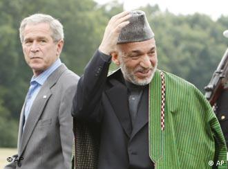 Ankunft in Camp David: George W. Bush trifft Hamid Karsai (Quelle: AP)