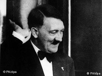 Hitler im Bayreuther Festspielhaus,1938. Hitler, Adolf Politiker (NSDAP). Braunau 20.4.1889 - (Selbstmord) Berlin 30.4.1945. - Hitler beim Besuch der Bayreuther Festspiele: Gruessend auf dem Balkon im Festspielhaus.- Foto, 1938.