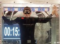 През 2007 година германецът Том Ситас издържа под вода без да диша цели 15 минути