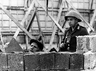 Pe 13 august 1961 a început construcţia Zidului Berlinez.