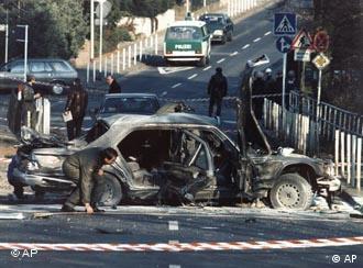 Polícia inspeciona carro do banqueiro após atentado