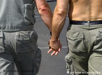 Zwei homosexuelle Männer, Hand in Hand, Quelle: dpa