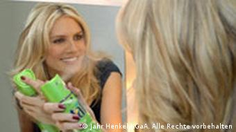 Heidi Klum mit Haarspray 3 Wetter Taft