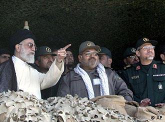 یحیی رحیم صفوی (راست) در کنار حسن فیروزآبادی (وسط) و سیدعلی خامنهای