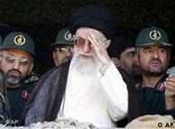 محمدعلی جعفری، فرمانده سپاه پاسداران (راست) در کنار آیتالله خامنهای - عکس از آرشیو