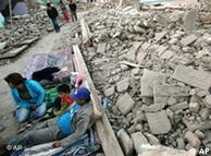 Familia peruana ante su casa destruida