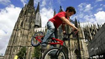 Мальчик на велосипеде напротив Кёльнского собора
