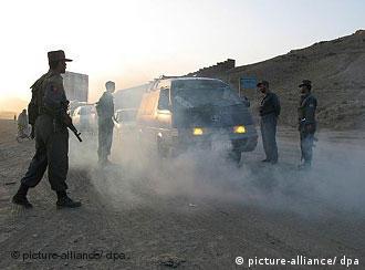Polizisten stoppen Autor. Foto: Can Merey +++(c) dpa - Report+++
