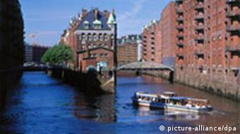 Speicherstadt mit Rundfahrtbarkasse Hamburg Deutschland