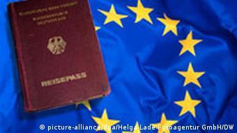 Montage deutscher Reisepass vor Europaflagge