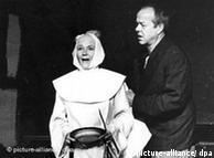 """档案图片:1985年在杜塞尔多夫剧院首演据鲁迅小说改编的话剧""""阿Q正传"""",演员为Stefan Wigger(右)和Dagmar Cron"""