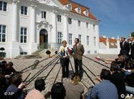 La canciller y el vicecanciller informan a la prensa, fuera del Palacio de Meseberg