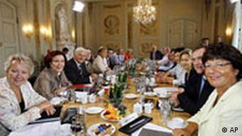 Die Ministerriege im Schloss, Quelle: AP