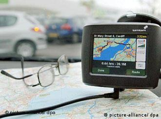 Library filer dated 15/05/2006 of a satellite navigation system on the dashboard of a car. Motorists whose vehicles have been transformed into 'mobile offices' are in danger of being overloaded by modern technology, an academic said today. Foto: Barry Batchelor +++(c) dpa - Report+++