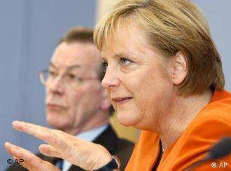 Kanzlerin Merkel und ihr Vize Müntefering bei der Präsentation der Klausur-Ergebnisse, Quelle: AP