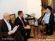 راینر زولیش، سرپرست بخش عربی دویچه وله (وسط) در مصاحبه با محمد حسین فضلالله در ماه اوت سال ۲۰۰۷ در بیروت