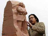 雷宜锌和他的金雕像泥塑模型