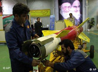Técnico iraniano com material bélico junto à linha de produção em Teerã