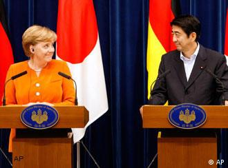 German Chancellor Angela Merkel (l) and Japanese Prime Minister Shinzo Abe