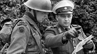 Британский солдат и немецкий полицейский в 1961 году