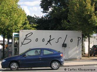 'b_books' e 'Pro qm': contêiner branco na praça da 'documenta'