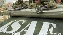 Bereit zur Ausfahrt sind drei niederländische ISAF-Soldaten am 29.3.2002 im Camp der internationalen Schutztruppe bei Kabul. Auf den täglichen Fahrten durch die afghanische Haupstadt soll auch ein Kontakt zur lokalen Bevölkerung aufgebaut und erhalten bleiben.