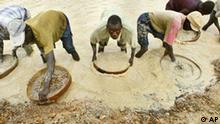 Arbeiter in einer Diamantenmine in Sierra Leone