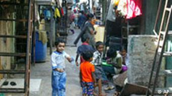 Indien, Kinder spielen im Slum