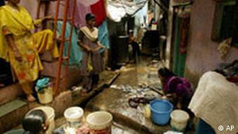 Indien, Mumbai, Frauen waschen Wäsche im Slum