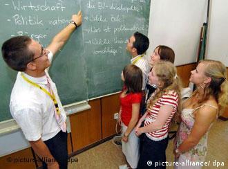 Ein Lehrer unterrichtet eine Gruppe hochbegabter Schüler