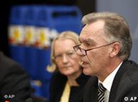 Joerg Ziercke, presdiente de la Oficina Alemana para lo Criminal, y Monika Helms, Fiscal General