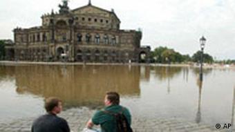 Deutschland Hochwasser in Dresden Semper Oper
