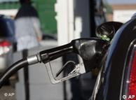 El petróleo encarece a combustibles como el diesel.
