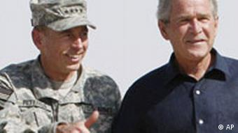 George W. Bush mit General David Patraeus