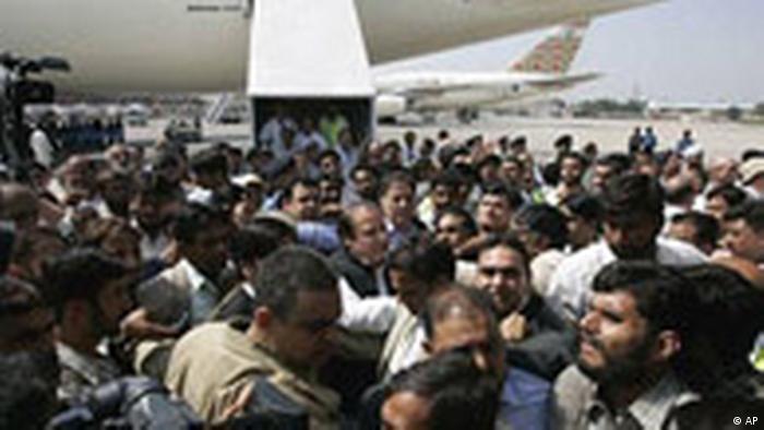 Pakistan Nawaz Sharif im Flughafen in Islamabad (AP)