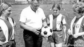 Frauenfußball - Mädchen beginnen beim FC Bayern (picture-alliance/ dpa)