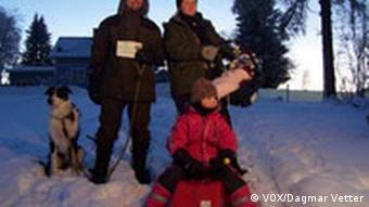 Eine Familie in schwedischer Winterlandschaft.