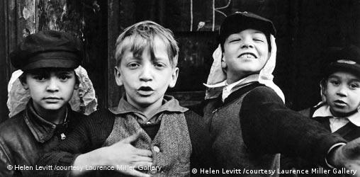Kinder in New York, Quelle: Helen Levitt, courtesy Laurence Miller Gallery