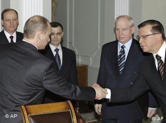 Владимир Путин приветствует Виктора Зубкова