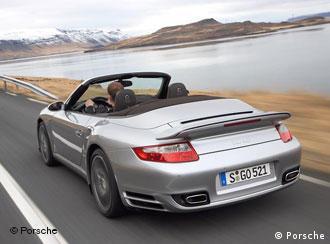 Среди тех, кто остается на плаву, - компания Porsche. На снимке: Porsche 911 Turbo Cabriolet