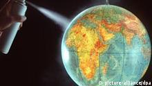 Eine Hand mit einer Spraydose besprüht einen Globus. Symbolbild zum Thema: Zerstörung der Ozonschicht durch Treibgas in Spraydosen. (Undatierte Aufnahme). Foto: Michael Rosenfeld +++(c) dpa - Report+++