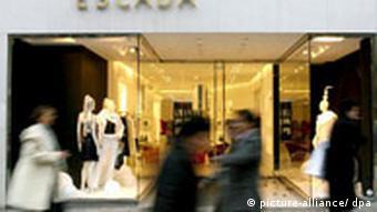 Витрина магазина фирмы Escada