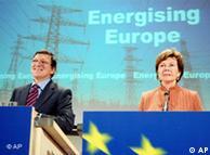 El presidente de la Comisión, José Manuel Durao Barroso, y la comisaria de Competencia, Neelie Kroes