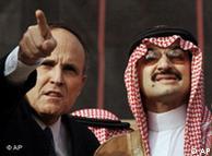 شاهزاده ولید بن طلال در کنار شهردار نیویورک، رادی جولیانی، به هنگام بازدید از برجهای فروریختهی نیویورک پس از حملهی تروریستی ۱۱ سپتامبر